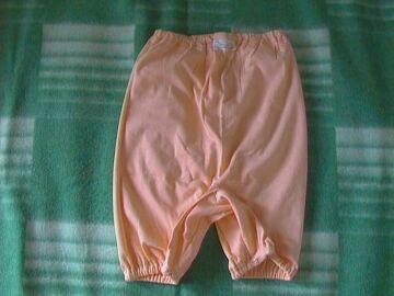 zhenshina-odevaet-pantaloni