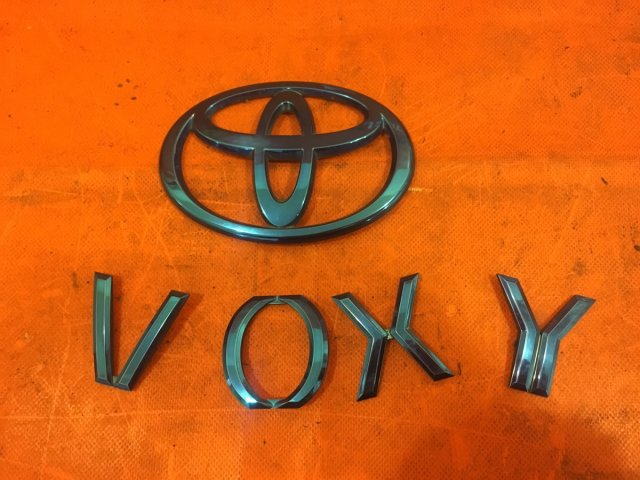 Эмблема на Toyota Voxy AZR60G